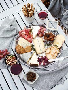 Jumalille (ja ranskalaisille) kiitos juustoista. Millä muulla voisi käden käänteessä loihtia näin näyttävät tarjoilut pikkujouluihin ilman, että tarvitsee