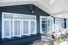 2016 Dulux Colour Awards finalists announced - The Interiors Addict Exterior Color Schemes, Exterior Paint, Exterior Windows, Exterior Homes, Casement Windows, Windows And Doors, High Windows, Front Windows, Outdoor Living Rooms