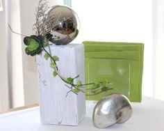KL36 – Kleine Säule für Innen und Aussen! Kleine Holzsäule, gebeizt und weiß gebürstet, dekoriert mit Materialien aus der Natur, großer Edelstahlkugel und künstlichen Sukkulenten! Preis 44,90€