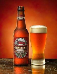 Cerveja Redbridge, estilo Amber Lager, produzida por Anheuser-Busch, Estados Unidos. 4% ABV de álcool.
