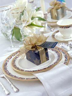 I love this place setting with the gold and blue accent and silver silverware: great metal mixing