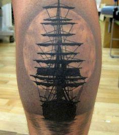 Tatouage marin sur la jambe: un bateau à la pleine lune