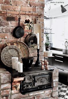 vedspis, vedspisar, koppar, koppardetalj, koppardetaljer, gammalt kök, kök med tegel, salt och peppar av koppar, köksbilder, at my casa, åsa myrberg, blogg, inredningsblogg, inredningsbloggar
