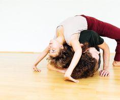 #Kontaktimprovisation-Workshop in der #Toskana! #KontaktImprovisation ist eine #Tanzart, die sich auf natürliche Weise zwischen zwei oder mehreren #TänzerInnen entwickelt, ohne vorgegebene Schritte oder Figuren. In diesem #Workshop werden wir die Grundelemente der Kontakt Improvisation, wie #rollingpoints of contact (bewegliche Kontaktstellen), #rollen, #fallen und #fliegen, spielerisches Erforschen von #Körpergewicht, #Schwerkraft, und #Berührung kennen lernen.