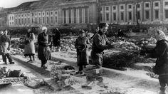 """Trümmerfrauen in der Ruine von Hitlers """"Neuer Reichskanzlei"""" in Berlin.(1946-Allein in Berlin gab es rund 60 000 Truemmerfrauen)"""
