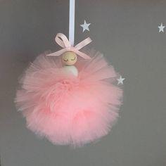 Cette belle fée avec jupe en tulle pompon fait l'addition plus douce à n'importe quelle pièce de petites filles. Vous avez la possibilité de personnaliser vraiment cette jolie fée avec mais la couleur de la jupe, ruban et aussi les ailes. S'il vous plaît se référer à dans le menu