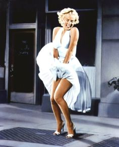 1 of 20 of the most iconic dresses of all time. Marylin Monroe in The Seven Year Itch. William Travilla designed the white dress Marilyn Monroe wore over a subway grate. Marylin Monroe, Joven Marilyn Monroe, Fotos Marilyn Monroe, Marilyn Monroe Poster, Young Marilyn Monroe, Marilyn Monroe Costume, Marilyn Monroe Wallpaper, Marilyn Monroe Tattoo, Vintage Hollywood