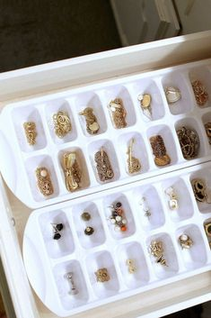 Love this simple jewelry storage idea to keep small storage organized in a drawer – a really simple jewelry storage DIY too! Love this simple jewelry storage idea to keep small storage organized in a drawer – a really simple jewelry storage DIY too! Diy Jewelry Rings, Diy Jewelry Unique, Diy Jewelry To Sell, Diy Jewelry Making, Jewelery, Jewelry Holder, Earring Holders, Fine Jewelry, Trendy Jewelry