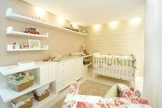 Quarto-de-bebe-planejado-para-com-prateleiras-de-madeira