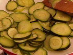 A fokhagymás cukkini egy ízletes és könnyű sült zöldség, ami köretként kiválóan passzol sült vagy grillezett húsokhoz. Önálló fogásként fogyasztva egy kis sajttal és zöldfűszerekkel is megbolondíthatjuk. Serpenyőben egyszerűen elkészíthető.   #cukkini #fokhagyma #köret #nyár Zucchini, Vegetables, Food, Vegetable Recipes, Eten, Veggie Food, Meals, Veggies, Squashes