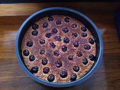 Torta de nozes com maple e cerejas frescas. Parece delicioso e é divino.