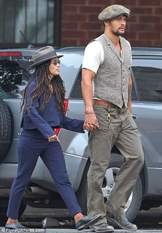 Conan the Romantic! Jason Momoa shows his tender side as he .-Conan the Romantic! Jason Momoa shows his tender side as he walks hand in hand with cougar wife Lisa Bonet Conan the Romantic! Jason Momoa shows his tender side as he walks hand in hand… - Jason Momoa Lisa Bonet, Look Man, Zoe Kravitz, Herren Outfit, Cool Style, My Style, Black Love, Beautiful Celebrities, Sexy Men
