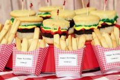 Toll für den #Kindergeburtstag: Die Burger sind Cupcakes mit einem Brownie dazwischen, die Pommes sind Kekse! Und schmecken tut's auch noch!!!