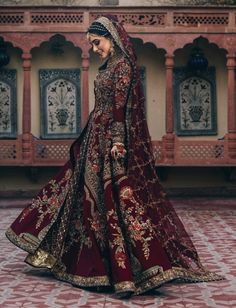 Looking for Bridal Lehenga for your wedding ? Dulhaniyaa curated the list of Best Bridal Wear Store with variety of Bridal Lehenga with their prices Desi Wedding Dresses, Pakistani Wedding Outfits, Indian Bridal Outfits, Indian Bridal Fashion, Wedding Sari, Wedding Hijab, Indian Bridal Wear, Backless Wedding, Indian Dresses