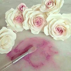Ideas cupcakes flower fondant rose tutorial for 2019 Sugar Paste Flowers, Icing Flowers, Fondant Flowers, Clay Flowers, Paper Flowers, Rose En Fondant, Fondant Rose Tutorial, Fondant Bow, Cake Tutorial