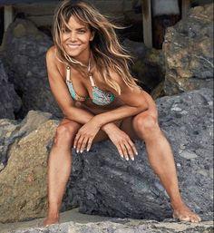 Halle Berry Pixie, Halle Berry Style, Halle Berry Hot, Beautiful Celebrities, Beautiful Actresses, Hot Bikini, Bikini Girls, Halle Berry Bikini, Hally Berry