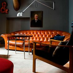 How to Design with Dark Walls So, I think I have a thing about masculine library looks. The chesterfield-dark wall-wood combo is being repeated! Masculine Interior, Masculine Room, Simple Interior, Modern Interior, Masculine Office Decor, Masculine Home Offices, Masculine Living Rooms, Masculine Style, Nordic Interior