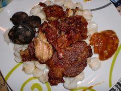Ingredientes:  Para 6 o mas personas    2 Kg..de carne de cerdo con cuero (piel)  1 Kg. de costillita de cerdo  1/2 Kg.de maíz blanco...