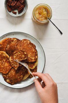 Klatkager lavet med havregrød er nok den lækreste måde, du nogensinde kommer til at bruge resterne af din havregrød på. Når først en portion havregrød er blevet kold, kedelig og helt fast i konsistensen, så er den altså ikke meget… Healthy Treats, Healthy Desserts, Healthy Recipes, Breakfast Time, Breakfast Recipes, Kids Meals, Easy Meals, Food Crush, Pancakes And Waffles