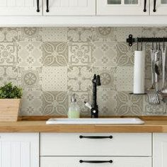 Tiles are nice Kitchen Cabinet Design, Kitchen Tiles, Kitchen Decor, Ideas Hogar, Kitchen Models, Little Kitchen, Glass Mosaic Tiles, Kitchen Living, Home Kitchens