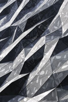 a folding geometric facade makes this building by japanese architecture firm amano design office stand out from its neighbors. located on a back street in ginza, tokyo, Aluminium Facade, Metal Facade, Metal Screen, Le Manoosh, Facade Pattern, 3d Pattern, Building Skin, Building Art, Exterior Cladding