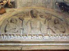"""Arezzo, Lunetta del portale centrale di Santa Maria della Pieve, con un rilievo raffigurante la Madonna orante affiancata da due Angeli. Al di sotto di un fregio a piccole figure angeliche si legge l'isrizione che attribuisce l'opera a Marchionne: """"ANNO MCCXVI MENS MADII MARCHIO SCULPSIT PRESBITER MATHEUS MUNERE FULSIT TEMPORE ARCHIPRESBITERI Z"""""""