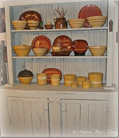 Primitive Farmhouse Dining Room Red Ware Yellow Ware A Primitive Place ~ Tammy Tv Stand Decor, Tv Decor, Home Decor, Farmhouse Kitchen Island, Old Kitchen, Kitchen Ware, Primitive Dining Rooms, Primitive Homes, Dining Room Hutch