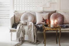 Lennol | Atmospheric, luxurious livingroom with round velvet cushions