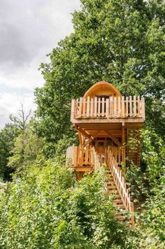 Een boomhut is bijzonder én mooi | A treehouse is both special and beautiful #boomhut #treehouse #vakantie #vacation #zomer #hout #tuin | Eigen Huis en Tuin Glamping, Cabins, Tiny House, Countries, House Ideas, House Styles, Beautiful, Home Decor, Decoration Home