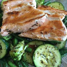 Phase 2 - Tag 26  Da ich das mit den 3EL Öl am Tag nicht hinbekomme darf ich den Lachs aus Phase 3 jetzt schon essen. So lecker. Allerdings war dieses Stück sehr flach und da ich vergessen hatte ihn zum Auftauen rauszulegen war er etwas drüsch.  Außerdem sind so'n bisschen Lachs mit grade mal 125g Gemüse echt nicht sättigend. Hab mich schon lange nicht mehr so auf meinen Apfel gefreut.  #metabolicbalance #cleanmetabolic #weightloss #weightlossjourney #lowcarb #lowfat #highprotein…
