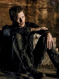 Klaus Mikaelson (Joseph Morgan) in chains on The Originals The Cw, The Mikaelsons, Joseph Morgan, Klaus From Vampire Diaries, Vampire Diaries The Originals, Klaus Vampire, Movies And Series, Tv Series, The Orignals
