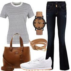 Outfit composto da maglia con scollo tondo a righe, jeans bootcut e sneakers basse monocromo. Completano il look la borsa a mano in similpelle, la cintura sottile e l'orologio ad effetto legno.