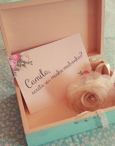 Que tal convidar suas madrinhas com estilo? Convite floral super romântico…