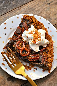 Pretzel crust, filled with pecans, dark chocolate chips and pieces of pretzel. This vegan pecan pie may be the best pecan pie of all time!