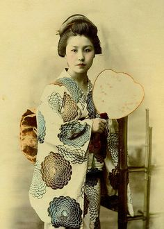 FIBONACCI KIMONO -- A Young Geisha Wears a Kimono Pattern Ahead of its Time by Okinawa Soba, via Flickr