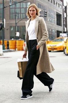 Model-Off-Duty: Get Karlie Kloss' Classic Cool Adidas Sneakers Look (Le Fashion) - Fashion - Winter Mode Models Off Duty, Model Street Style, Street Style Looks, Wide Leg Pants Street Style, Look Fashion, Fashion Models, Fashion Beauty, Net Fashion, Celebrities Fashion
