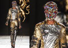 """Alla London Fashion Week Philip Treacy, stilista inglese re dei cappelli, ha presentato una collezione eccezionale dedicata a Michael Jackson e presentata addirittura da Lady Gaga che lo ha definito """" Il più grande modista del mondo"""". Lo stilista è un genio dei cappelli strani e originali, amati da star e celebrities, usati per i film di Harry Potter e  indossati anche dai reali inglesi.(c) Foto: kikapress.com"""