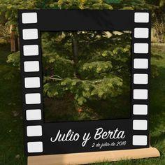 Marco gigante de polaroid para amenizar el photocall de tu evento. El diseño simula un cliché de película.