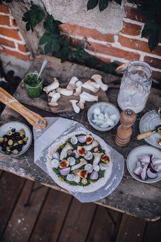 Gluten Free Pizza with Pumpkin, Spinach Pesto, Mushrooms, Figs, Onions & Mozzarella Ceramic Grill, Joy Of Cooking, Gluten Free Pizza, Sans Gluten, Mozzarella, Pesto, Spinach, Grilling, Stuffed Mushrooms