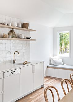 Looking for ideas or inspiration for your kitchen splashback? Here are the kitchen splashback trends right now! Trends aside, these are all beautiful Beach House Kitchens, Home Kitchens, Bathroom Interior, Kitchen Interior, Home Design, White Wash Walls, Communal Kitchen, Cocinas Kitchen, Interior Desing