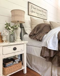 Easy tricks for Nightstand makeover ideas that will makeup the bedroom design Part 8 Modern Farmhouse Bedroom, Farmhouse Decor, Modern Bedroom, Farmhouse Style, Contemporary Bedroom, Bedroom Green, Large Bedroom, Farmhouse Ideas, 1920s Bedroom