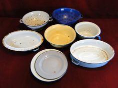 198) Box of vintage kitchen enamelware – sieves, bowls etc Est. £15-£20
