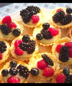 Dort s máslovým piškotem akrémem | Recepty na Prima Fresh Mini Cupcakes, Fruit Salad, Waffles, Cheesecake, Fresh, Breakfast, Desserts, Food, Castle Diaper Cakes