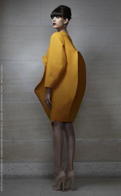 Sculptural Fashion - mustard dress, voluminous shapes, three-dimensional fashion // XIAOTIAN ZHANG - not flattering, but interesting Geometric Fashion, 3d Fashion, Fashion Details, High Fashion, Ideias Fashion, Fashion Show, Womens Fashion, Fashion Design, Dress Fashion