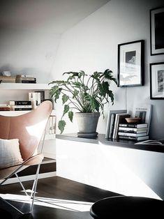 Черно-белый интерьер — это удел тех, кто любит минимализм и графичность. При этом важно, чтобы черно-белая квартира была уютной, светлой. Этот интерьер в Швеции именно такой: графичный, интересный и очень домашний. Здесь мало других цветовых вкраплений: кожанное кресло, деревянный стол и несколько серых деталей. Весь интерьер объединяет одна идея, и даже самые мелкие аксессуары — …