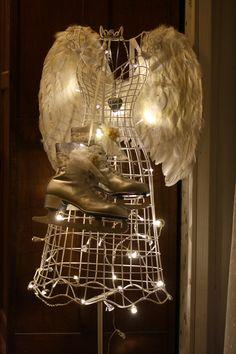 Metallitorsolle enkelinsiivet, tuunatut luistimet kaulaan ja led-valo nauhaa. Joulu enkeli ♥