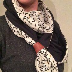 Driehoek sjaal met aan de punten een leren bandje.  Zwarte stof is tricot en de andere stof is van Atelier Brunette (te koop bij Studio Saartje).