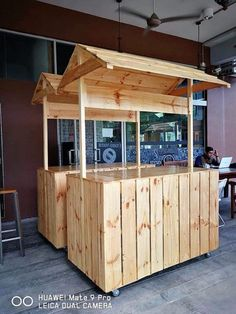 repurposed wood pallet bar Source by joevinup… Wood Pallet Bar, Wood Pallet Furniture, Wooden Pallets, Mobile Food Cart, Food Cart Design, Sweet Carts, Kiosk Design, Food Stands, Coffee Shop Design