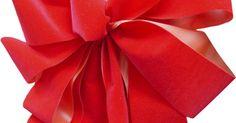 Cómo crear moños grandes para coronas y árboles de Navidad. Decora con moños grandes durante las festividades. Puedes colocarlos en coronas, puertas o sobre tu árbol de Navidad. Diferentes anchos de cintas crearán efectos distintos, por lo tanto debes decidir qué tan ancho quieres que sea tu moño. Mientras más ancha es la cinta, más grande será el mismo. Si utilizas cinta para decorar árboles y coronas de ...