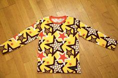 T-shirt i Stjärnor gul med orange mudd. Dresses With Sleeves, Orange, Long Sleeve, T Shirt, Fashion, Supreme T Shirt, Moda, Tee Shirt, Sleeve Dresses